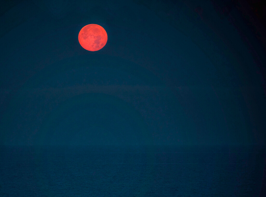 The moon is setting over the Tyrrhenian sea by caterina